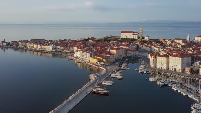 vídeos de stock, filmes e b-roll de panorama aéreo do porto e da cidade velha piran, slovenia - eslovênia