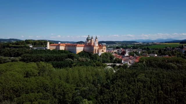 aerial panorama des berühmten st. peter und paul church, benediktiner stift melk, wachau valley, niederösterreich - sehenswürdigkeit stock-videos und b-roll-filmmaterial