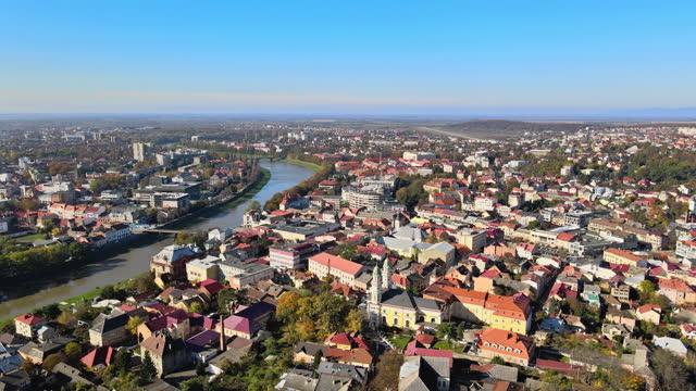 vista panoramica aerea della storica città di uzhhorod, situata nei vecchi edifici della transcarpazia - transcarpazia video stock e b–roll