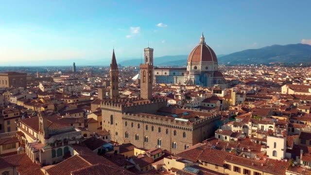 panorama flygfoto över stadsbilden i florens, italien. domkyrkans di santa maria del fiore - dom bildbanksvideor och videomaterial från bakom kulisserna