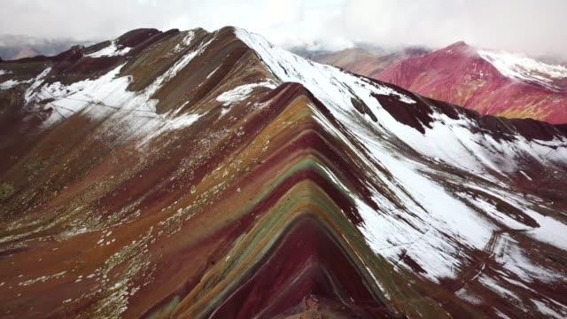 panorama flygfoto över färgglada vinicunca, rainbow mountain, peru. - bergsrygg bildbanksvideor och videomaterial från bakom kulisserna
