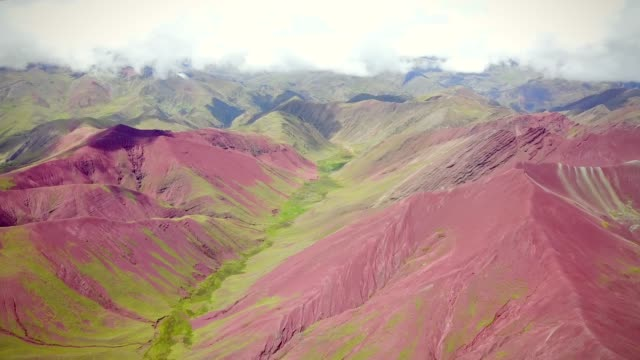 panorama blick auf bunte vinicunca, rainbow mountain, peru. - peru stock-videos und b-roll-filmmaterial
