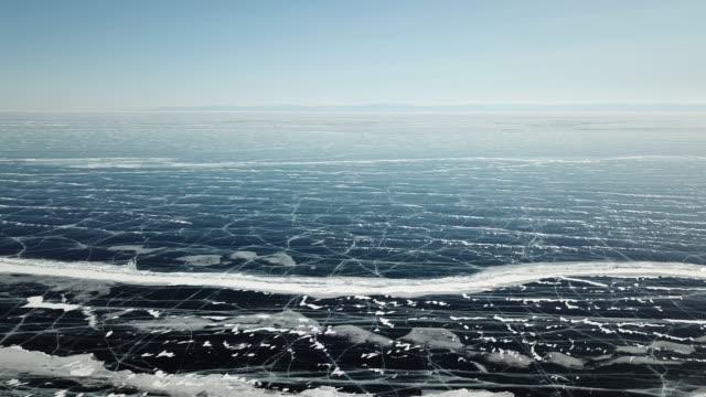 vídeos de stock e filmes b-roll de aerial panoramic view of the baikal lake at winter season. - lago baikal