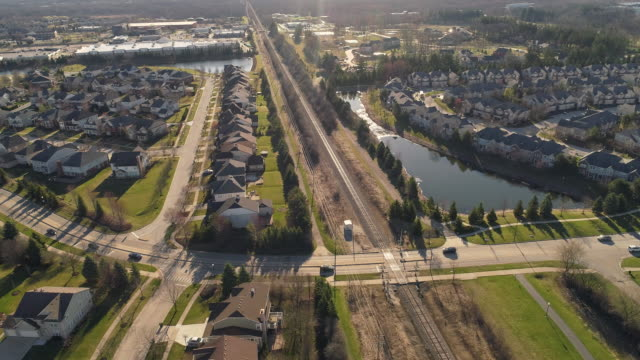 vídeos de stock e filmes b-roll de aerial panoramic view of the residential neighborhood libertyville, vernon hills, chicago suburban area, illinois. cinematic aerial drone video with the wide orbit, panoramic camera motion. - suburbano