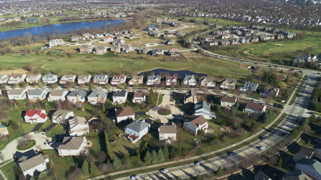 vídeos de stock e filmes b-roll de aerial panoramic view of the residential neighborhood libertyville, vernon hills, chicago suburban area, illinois. cinematic aerial drone video with the forward and slow descending, combined with tilting-up camera motion. - suburbano