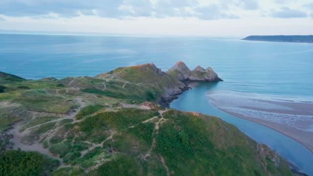 vidéos et rushes de vue aérienne volant au-dessus du littoral - littoral