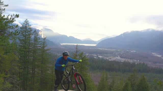 luftperspektive des mountainbikers, der auf große felsplatte fährt - aktivitäten und sport stock-videos und b-roll-filmmaterial