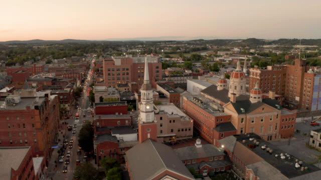 aerial perspektiv över downtown city center york pennsylvania vid solnedgången - pennsylvania bildbanksvideor och videomaterial från bakom kulisserna