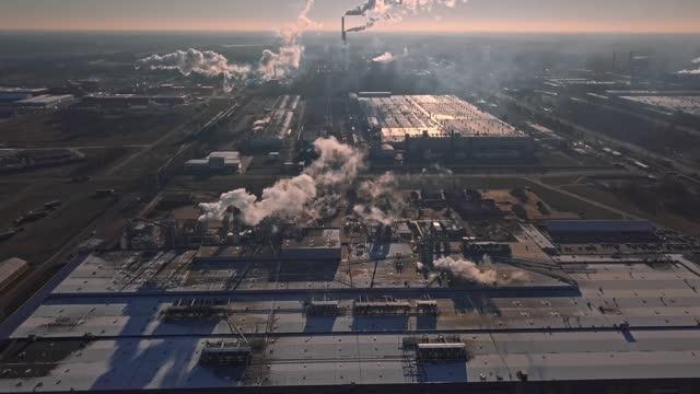 工場や工場のパイプのドローンからの航空写真 - 人の居住地点の映像素材/bロール