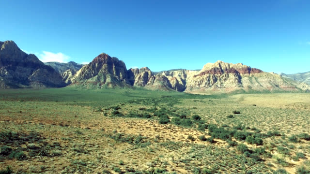 aerial push of red rock canyon in nevada. - parco statale del red rock canyon video stock e b–roll
