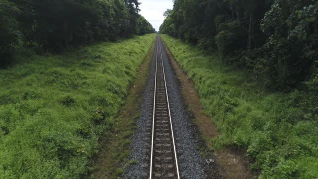 vídeos de stock, filmes e b-roll de ferrovia aérea - transporte ferroviário