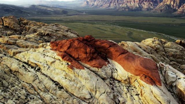 veduta aerea della red rock canyon national conservazione area - red rock canyon national conservation area video stock e b–roll