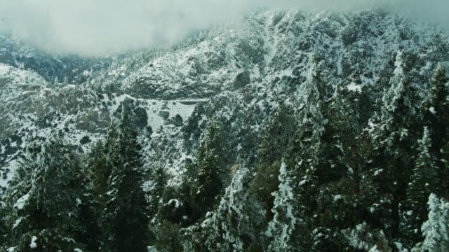 Révélation aérienne de l'autoroute Angeles Crest dans les montagnes de San Gabriel en hiver - Vidéo