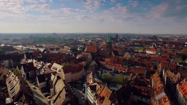 Aerial steigende Stadt mit Burg und Kirche in den Vordergrund bei schönen Sonnenaufgang – Video
