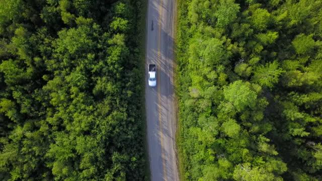 vídeos de stock, filmes e b-roll de viagem de estrada aérea - caminhonete pickup