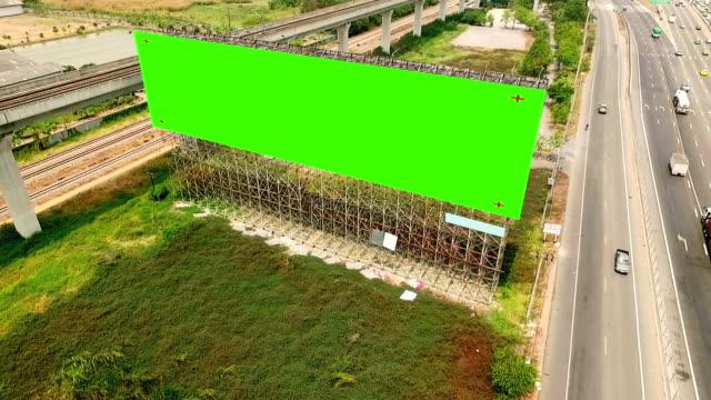 antenne am straßenrand billboard mockup mit greenscreen - plakat stock-videos und b-roll-filmmaterial
