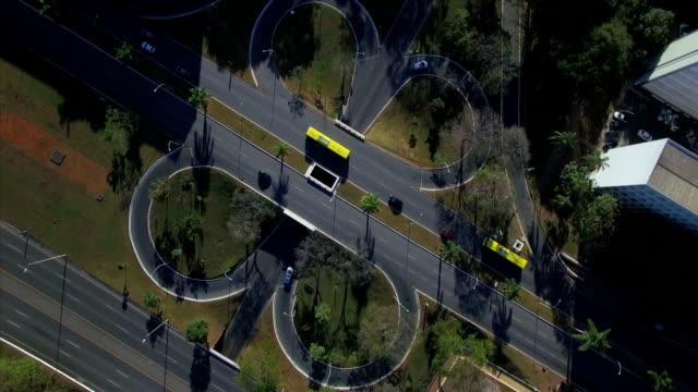 Aérea de giro e decrescente de topo para baixo através de estradas se cruzam em Brasília - vídeo