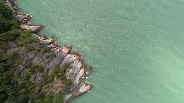 aerial rotierenden ozeanküste overhead türkisfarbenen wasser plantschen felsen - vancouver kanada stock-videos und b-roll-filmmaterial