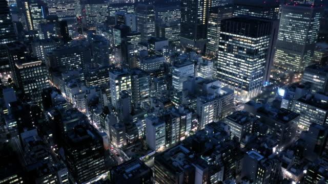 vidéos et rushes de pousse aérienne des immeubles de bureaux dans la rue - image