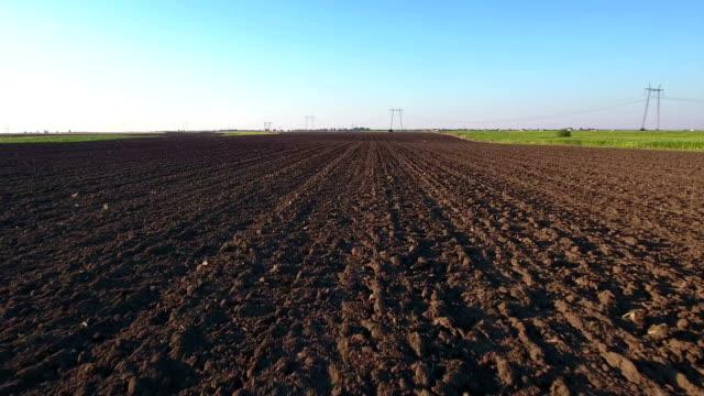vídeos de stock e filmes b-roll de aerial shoot of plowed field. - terra cultivada