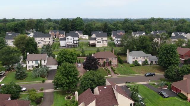 4k flygskytte av ett förortsområde med bostadshus och gator. - roof farm bildbanksvideor och videomaterial från bakom kulisserna