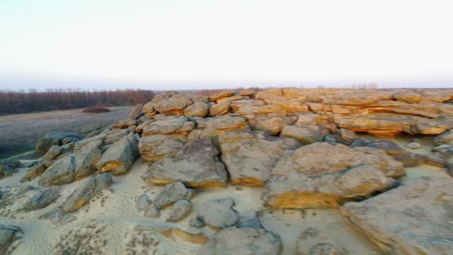 Luftaufnahmen von Menschengruppen auf einem Naturdenkmal in der Ukraine – Video