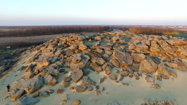 Luftaufnahmen von Personengruppen, die die Felsen entfernen – Video