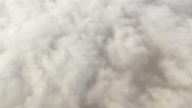 vídeos de stock e filmes b-roll de filmagem aérea acima das nuvens em 4 k - fofo texturizado