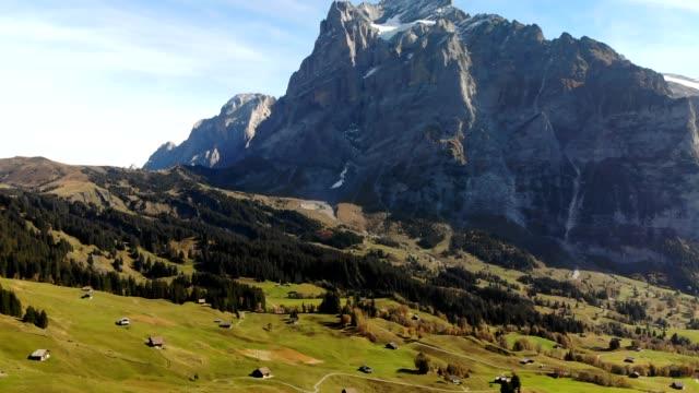 aerial skott stigande över grindelwald, switerland mot schweiziska alperna - grindelwald bildbanksvideor och videomaterial från bakom kulisserna