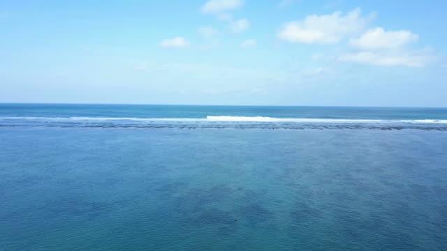 stockvideo's en b-roll-footage met luchtfoto schot strand en mooie hemel op strand pandawa. - reus fictief figuur