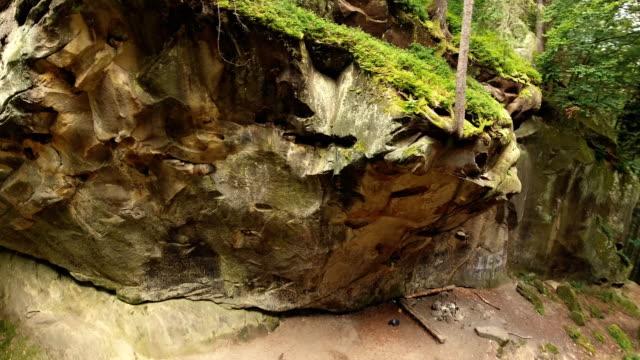 森と岩と空中ショット美しい風景 - マルチコプター点の映像素材/bロール