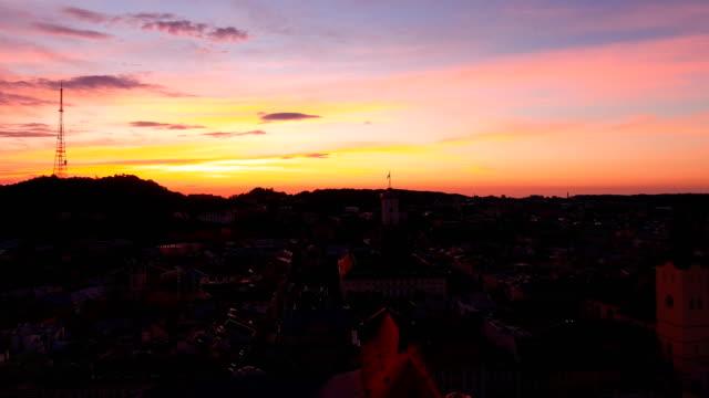 vídeos de stock, filmes e b-roll de alvorecer aéreo do tiro na cidade - sol nascente horizonte drone cidade