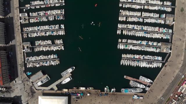 stockvideo's en b-roll-footage met luchtfoto die over de oude haven van marseille vliegt. - marseille