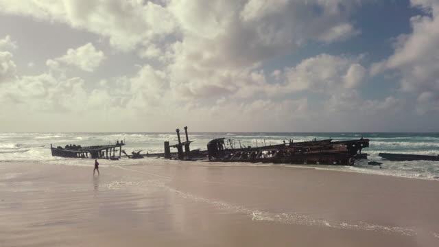aerial shot historic ss maheno wreck, fraser island - australia - кораблекрушение стоковые видео и кадры b-roll