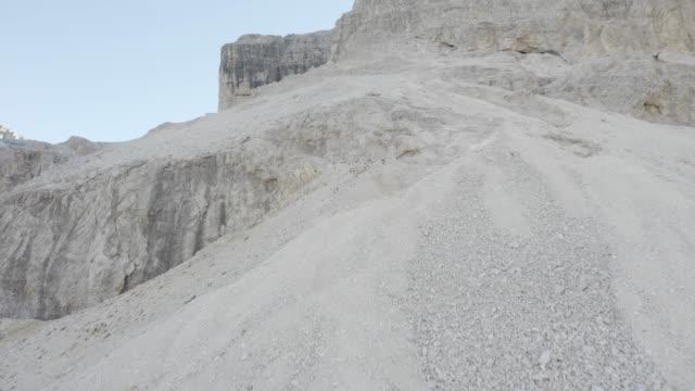 aerial shot in high mountains - пешеходная дорожка путь сообщения стоковые видео и кадры b-roll