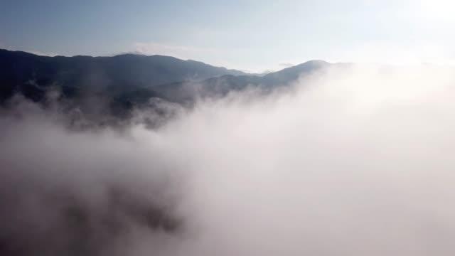 antenn skott i till molnen på skog och berg - earth from space bildbanksvideor och videomaterial från bakom kulisserna