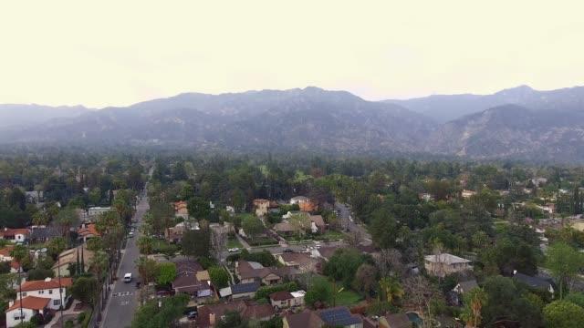 antenne gedreht bewegen weg von bergen in altadena, kalifornien - tal stock-videos und b-roll-filmmaterial
