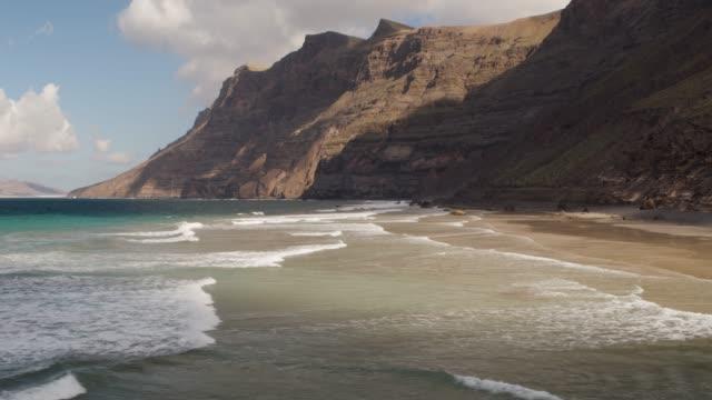 luftaufnahme eines strandes und der berge von lanzarote - spanien stock-videos und b-roll-filmmaterial
