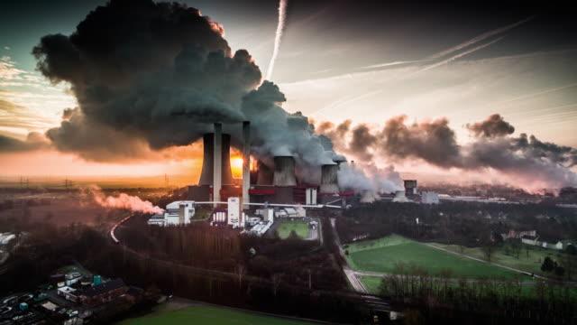 夕暮れ時に石炭の空中ショット火力発電所 - 石炭点の映像素材/bロール