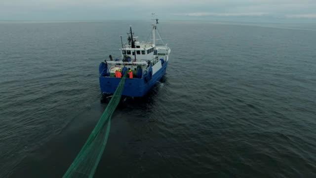 luftaufnahme von fischen ein handelsschiff, zieht schleppnetz - netzgewebe stock-videos und b-roll-filmmaterial