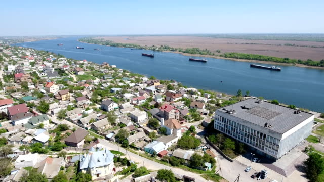 vídeos de stock e filmes b-roll de aerial shot of a fabulous quay of the dnipro with summer cottages on its bank - wellington