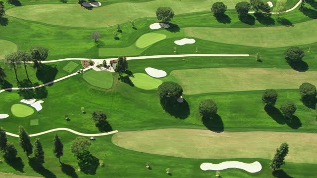vidéos et rushes de vue aérienne d'un parcours de golf - golf
