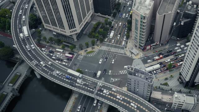 日本の高速道路の空中ショットは。人々 が彼らの仕事に急いで。 - 交差点点の映像素材/bロール