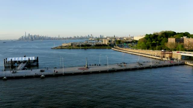 stockvideo's en b-roll-footage met luchtfoto van een pier naast een stedelijke buurt (bay ridge, brooklyn, new york) - baai