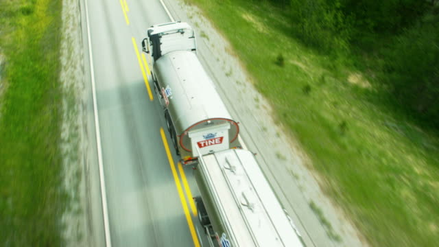 антенна выстрел из грузовик на лес - молочный продукт стоковые видео и кадры b-roll