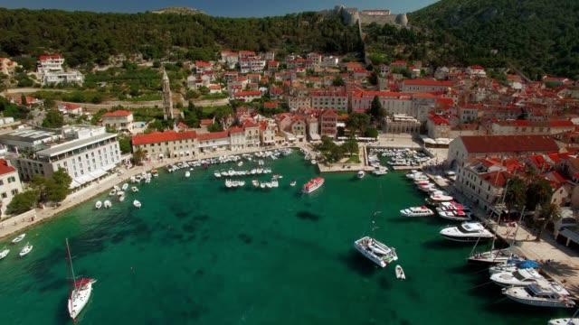 vidéos et rushes de photo aérienne de ancient village port de hvar - forteresse