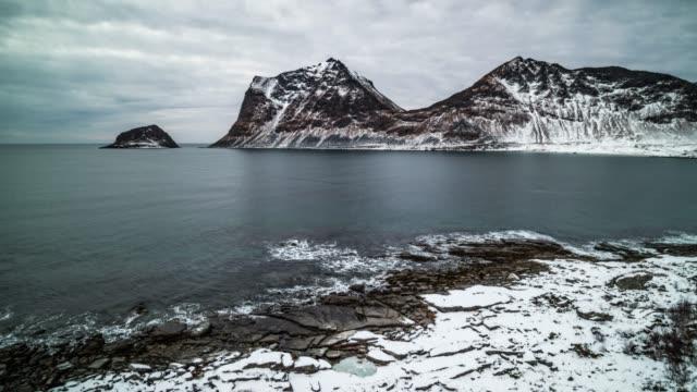 vídeos y material grabado en eventos de stock de toma aérea de la costa de invierno ártico en noruega - bahía