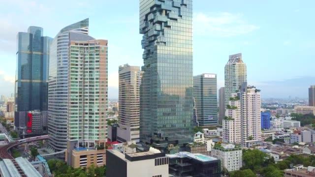 bangkok şehir, silom/sathon merkezi iş bölgesi hava atış - bangkok stok videoları ve detay görüntü çekimi