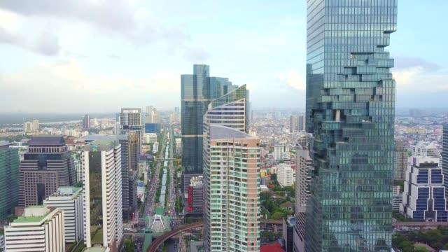 vídeos de stock, filmes e b-roll de foto aérea da cidade de banguecoque, distrito central de negócios de silom/sathon - multicóptero