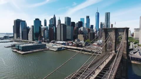 riprese aeree del ponte di brooklyn e del distretto finanziario - centro della città video stock e b–roll